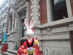 【京都市中京郵便局】   明治35年(1902年)に建設されたネオルネサンス様式の建物です。赤レンガ造りの美しい外観が特徴で、現在も郵便局として利用されています。この建物が面している三条通りの一帯は、明治期以来の近代建築が多く残っていることで知られ、京都市から「歴史的界隈景観地区」に指定されています。