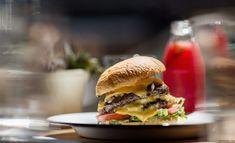 Ruby's Cheeseburger (Garance Doré (FR)) Burger And Fries, Burger Buns, Good Burger, Burgers, Healthy Snacks, Healthy Recipes, Smoked Bacon, C'est Bon, Summer Recipes