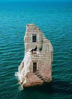 20 amazing travel destinations bucket list worldwide that will inspire your wanderlust. The best travel destinations affordable, favorite places and landmarks from 15 years of traveling all over the world Abandoned Castles, Abandoned Mansions, Abandoned Buildings, Abandoned Places, Beautiful Castles, Beautiful Places, Unusual Buildings, Strange Places, Unusual Homes