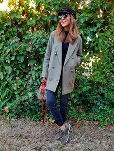 Tras la pista de Paula Echevarría » GLITTER KAKHI. Navy sweater+navy jeans+khaki sneakers+grey wool coat+printed shoulder bag+black baker-boy hat+sunglasses. Winter Casual Outfit 2018
