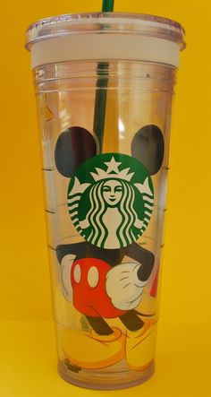 Are you a Disney and Starbucks lover?your Starbucks cold cup.With MICKEY of course Copo Starbucks, Disney Starbucks, Starbucks Drinks, Disney Cups, Disney Food, Walt Disney, Disney Ideas, Boite A Lunch, Tsumtsum