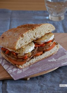 Bocadillo de ternera con salteado de pimiento y mozzarella. Receta fácil y sencilla Tapas Recipes, Italian Recipes, Real Food Recipes, Hot Sandwich Recipes, Sandwiches For Lunch, Mozzarella, Spanish Cuisine, Spanish Food, Tacos And Burritos