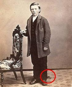 This site exists to discredit the idea of the Victorian standing post mortem photo. Post mortem photos do exist, but none of them are stand alone. Photographie Post Mortem, Fotografia Post Mortem, Memento Mori, Old Photos, Vintage Photos, Paranormal, Post Mortem Photography, Funeral Photography, Before Us