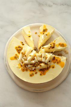 עוגה קלילה ופשוטה מאוד להכנה שמשלבת מתיקות של שוקולד לבן עם חמצמצות של פסיפלורה. עוגה נהדרת, ללא אפייה, במרקם רך וטעים ובשילוב טעמים מושלם.