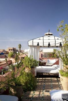 So much love for this roof terrace with lots of pot plants. Riad Kaiss Marrakesch, Marokko