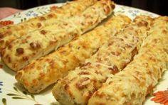 Grissini con formaggio e cipolle - Ricetta per i grissini con formaggio e cipolle, un antipasto ideale per stuzzicare l'appetito per il pranzo di Natale.