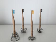 Unsere nachhaltigen Zahnbürstenhalter aus Edelstahl. Setz deiner Kreativität keine Grenzen. Toothbrush Holder, Teeth, Bamboo, Stainless Steel, Hang In There, Toothbrush Holders, Tooth