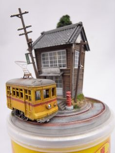 Making simple train replicas was not enough for Japan-based model artist Akihiro Morohoshi. After years making railway dioramas, he chose to give a twist to the traditional miniature models by embedding them into everyday objects. His series of works give birth to imaginary worlds that live on top of boxes of Pringles chips, electric guitars or inside vending machines.