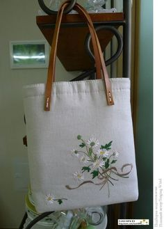 This Pin was discovered by Ann Embroidery Flowers Pattern, Embroidery Bags, Embroidery Designs, Machine Embroidery, Quilted Bag, Fabric Bags, Handmade Bags, Purses And Bags, Japanese Bag