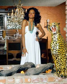 Diana Ross wearing a dress by Halston for Harper's Bazaar, May Photo by Willy Rizzo. Bonnie Parker, 70s Fashion, Love Fashion, Vintage Fashion, Disco Fashion, Feminine Fashion, Timeless Fashion, Divas, Harpers Bazaar