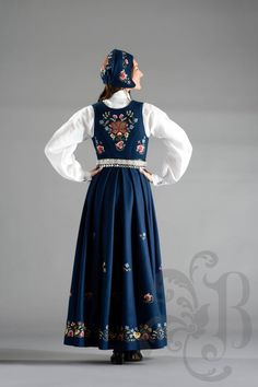 Gudbrandsdalens festbunad Folk Costume, Costumes, Nordic Design, Hobbies And Crafts, Traditional Outfits, Vintage Photos, Norway, Bridal Dresses, Scandinavian