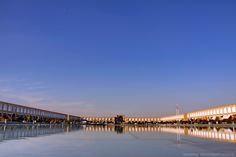 Talán Iszfahán az a város, amelyikről a legtöbbet hallhattunk, itt van a bolygó második legnagyobb tere. A téren korábban lovaspóló játékokat rendeztek, a sahnak külön terasza volt a küzdelmek szemlélésére. A teret kétszintes épületsor keretezi telis-teli kis üzletekkel. Az esti és a reggeli séta a Zajandeh folyónkét...