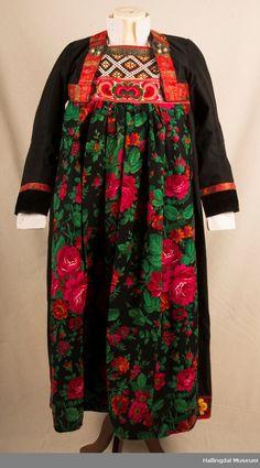 Bunad fra Hemsedal i Hallingdal - Hallingdal Museum / DigitaltMuseum Folklore, Norway, Museum, Costumes, Inspiration, Biblical Inspiration, Dress Up Clothes, Fancy Dress, Museums