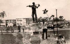"""""""Acabou a Greve"""" esse é o nome da escultura de Ricardo Cipicchia feita em bronze e granito, instalada em 1958 na Praça Dr. Sampaio Vidal, Vila Formosa. Colaboração: Laerte Fonseca"""
