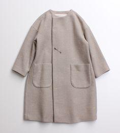 小さなカラフルなドットがさりげなく混ざっていデザインに、<br>l'atelier du savonらしい優しい色で仕上がったコート。<br>フロント部分はピンでとめるタイプになっており、さらっと羽織れるアウターです。<br> ゆったりとしたシルエットで厚手のニットの上に羽織るのにも◎。 ※ モデル着用は、グレーです。