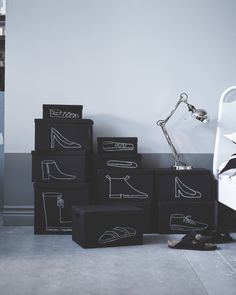 Tegn direkte på bokse for at vise, hvad der er i dem. Det er perfekt til forskellige typer sko som f.eks. højhælede sko, løbesko, støvler og flip-flops. Hvorfor skrive, når du kan tegne? Sophies tip: Brug helst en hvid kridtpen – almindeligt kridt bliver alt for hurtigt tværet ud.