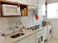 Cozinhas pequenas que são unidas à área de serviço. Solução moderna e clean.