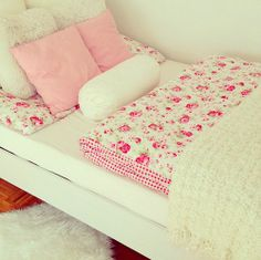 Girly quilts/blankets and pillows..tumblr room pink and floral  ✨