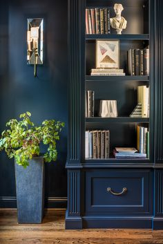 A Navy Blue Library- A Navy Blue Library Polo Blue custom bookcases were equipped with file drawers to maximize the function in this library. The shagreen pedestal and abstract painting enliven the space with pattern and texture. Home Library Design, Home Office Design, Home Office Decor, Home Design, Home Decor, Blue Bookshelves, Built In Bookcase, Bookcases, Design Jobs