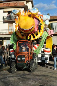 Snail Float at the Carnevale at Dicomano, Mugello, Tuscany; photo by Daniele, Gluten Free Abroad #gfreeabroad #tuscany #carnevale #dicomano #mugello
