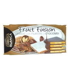 Barritas energéticas naturales de dátiles con nueces cubiertas de chocolate.