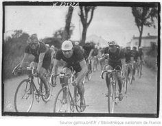 [Recueil. Tour de France cycliste de 1938. Journée du 08 juillet. 4e étape en trois parties, Nantes-La Roche sur Yon (matin), La Roche sur Yon-La Rochelle, La Rochelle-Royan (après-midi)] : [lot de photographies de presse] / [Agence Meurisse ?] - 1