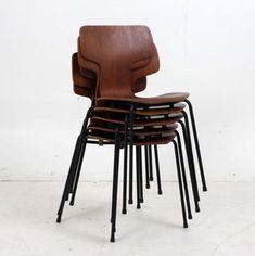 Ett exemplar av Jacobsens enda riktigt sittvänliga stol. Formgiven 1955 under modellnamnet 3103. Ofta kallad t-stolen (eller Hammer-chair) på grund av formen. Producerad av Fritz Hansen i teak och ...
