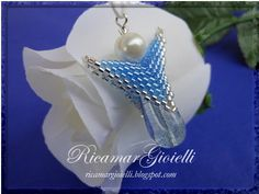 Angelo in peyote Safety Pin Jewelry, Beaded Angels, Christmas Jewelry, Brick Stitch, Beading Tutorials, Jewelry Patterns, Holiday Fun, Christmas Decorations, Pendants