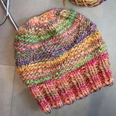 - die strickerei everything – Spiralmütze – Stricken – die strickerei tout – chapeau en spirale – tricot – – le # chapeau en spirale # tricot Summer Knitting, Easy Knitting, How To Start Knitting, Knitting For Beginners, Knitting Projects, Knitting Patterns, Hat Patterns, Motif Simple, Hat Making