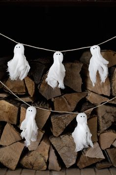 These ghoulishly inventive DIY Halloween decorations prove that you don't have to break the bank to scare the pants off of treat-seeking visitors. Halloween Home Decor, Outdoor Halloween, Halloween Ghosts, Diy Halloween Decorations, Holidays Halloween, Halloween Parties, Diy Halloween Garland, Diy Ghost Decoration, Pumpkin Decorations