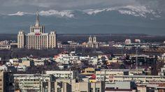 Muntii Carpati au fost vizibili din mai multe zone din Bucuresti, joi, 11 februarie, inclusiv din centru. Fenomenul a fost observabil si anul trecut, în aceeasi perioada si, conform specialistilor, Carpatii devin vizibili din Capitala toamna sau iarna, din cauza unui efect de lupa care mareste orizonul. Efectul e generat de atmosfera rarefiata si de razele soarelui. Imagini impresionante cu muntii, realizate din Bucuresti, gasiti în Galeria Foto de mai jos.
