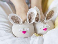 Aprenda a fazer essas graciosas pantufas de coelhinho para a Páscoa!