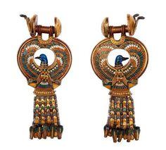 Earrings with blue birds -  calcite , cloisonné-enamel , earthenware , glass paste , quartz. Reign of Tutankhamun 1336-1327 BC. DISCOVERY SITE: Tutankhamun's tomb. | Photo (C) CULTNAT, Dist. RMN-Grand Palais / Ayman Khoury.