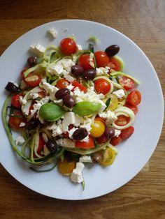 Courgetti kort bakken in olijfolie. Kerstomaatjes toevoegen en eventjes mee opwarmen. Mengen met feta en zwarte olijven.