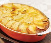 Ett smakrikt recept på matig isterbandslåda att servera till middag. Du gör lådan av isterband, lök, basilika, grädde, potatis, ägg och mjölk. Mättande och gott!