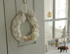 布製の三つ編みの輪にレースやポンポン、造花をコラージュした、ホワイトリース。/人気作家さんのおしゃれ雑貨(「はんど&はあと」2012年5月号)