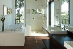Dunkler Holz Fußboden in einem weißen Badezimmer