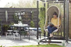 KARWEI   Aflevering 3: De tuin heeft een make-over gekregen door de stoere cubic pergola met hangstoel.  #karwei #vtwonen #diy #doehetzelf #hangstoel
