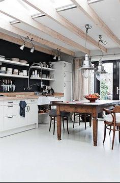 Een witte PU-gietvloer en de zwarte muur met open rekjes = industrial. Let ook op de metalen lampen. © Digsdigs.com
