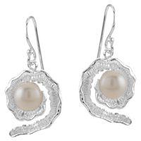Oorbellen met parel PEARL: Bijzondere oorbellen in schelpvorm met echte parels. Deze oorbellen met parels maken deel uit van de collectie Take a deep dive. Gemaakt van echt 925 sterling zilver.