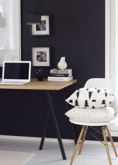 Työpöytä ja tumma seinä.