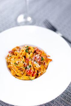 Lyxig räkpasta med saffran och tomat - 56kilo.se - Recept, inspiration och livets goda Lchf, Dessert Recipes, Desserts, Ratatouille, Seafood, Health Fitness, Eat, Ethnic Recipes, Inspiration