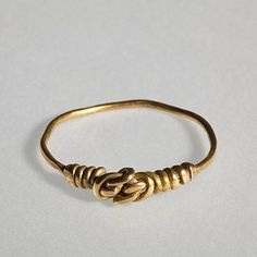 Finger ring with link in the shape of a knot. Roman, 300-500  Gold. 2,4 cm diameter Inventory number: H1808