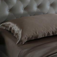 Kaffee, Seiden #Kissenbezüge 19MM im Hausfrauen-Stil mit einem 5-Zentimeter-Rand. Sie wird in diesem Jahr deine erste Wahl sein, dank der #100% reinen #Maulbeerseide, die Ihre Haut und Ihr Haar sichtbar verbessert. Wir bestehen stets auf unserer einzigartigen Qualität. Von https://www.oosilk.com/de/19mm-silk-oxford-pillowcase-c.html