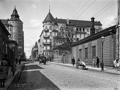18. Fredrikinkatu 37 ja 39 vuonna 1907.   Osoitteessa Fredrikinkatu 39 valmistui vuonna 1903 Gustaf Estlanderin suunnittelema kivitalo. Vuonna 1911 puutalojen tilalle, Fredrikinkadun ja Bulevardin kulmaan valmistui toinen komea kivitalo.