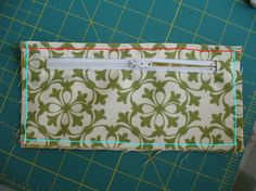 I may need to use this zipper idea for inside a wallet. Coin Purse Tutorial, Zipper Pouch Tutorial, Sew Wallet, Clutch Wallet, Pocket Wallet, Bag Patterns To Sew, Easy Sewing Patterns, Wallet Sewing Pattern, Burlap Tote