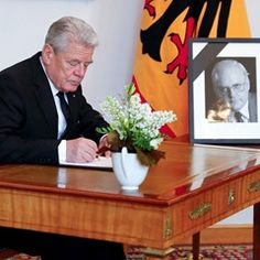 German President and Chancellor sign condolence book for Roman Herzog