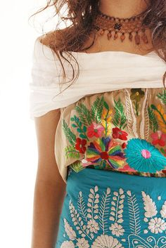 Sort of Boho.Mexican Embroidery (dress by Aida Coronado) Boho Chic, Bohemian Mode, Bohemian Style, Boho Deco, Bohemian Gypsy, Bohemian Fashion, Gypsy Style, Hippie Style, Mexican Embroidery