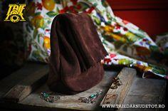 Leather clutch bag. http://tinyurl.com/p3xff7n