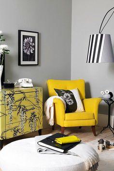 Красивое сочетание белого, серого, черного и желтого цветов в интерьере гостиной